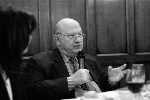 André Santini au micro lors du débat du Cercle du leadership